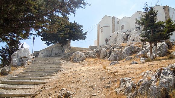 Στην κορυφή σε περιμένει ο τετράκλιτος Αφέντης Χριστός σε ένα πλάτωμα με θέα 360 μοιρών