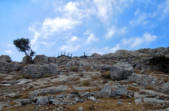 Σύμφωνα με τους θρύλους στο βουνό αυτό βρίσκεται ο τάφος του Δία